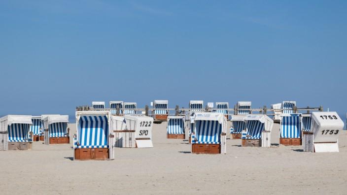 01.06.2021, Deutschland, Sankt Peter-Ording, Strandkörbe am Strand *** 01 06 2021, Germany, Sankt Peter Ording, beach ch