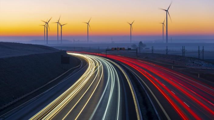 Fossile Energieträger gewährleisten derzeit die Mobilität wie auf der A8 in Baden-Württemberg. Klimaschützer fordern den Umstieg auf Alternativen wie Windkraft