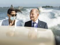 Mit dem Schnellboot zum G-20-Gipfel: Bundesfinanzminister Olaf Scholz und Generalkonsulin Tatjana Schenke-Olivieri.