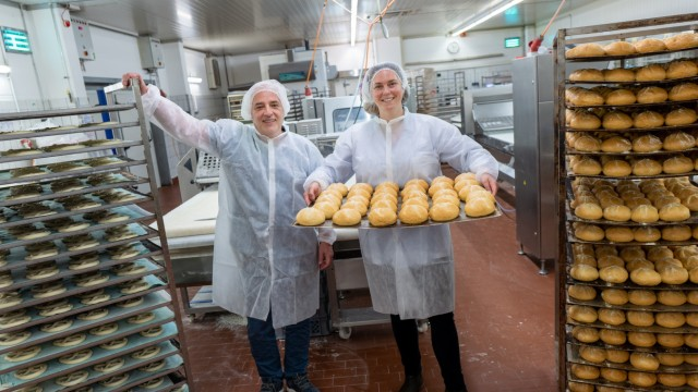 Wirtschaft in München: Wally Mauerer (rechts) und Matthias Kamrau mit ihren Semmeln und Brezen: Die Öko-Bäckerei Mauerer backt nachhaltig.