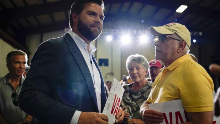 J.D. Vance bei einer Wahlkampf-Veranstaltung in Middletown, Ohio. Um sich bei den Republikaners durchsetzen zu können, hofft er auf die Unterstützung von Donald Trump.
