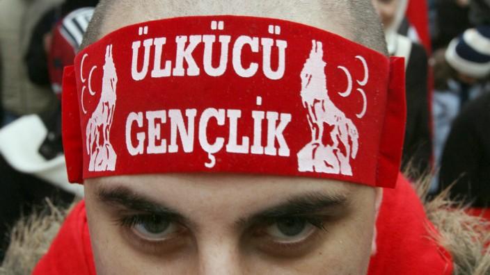 """Ein Anhänger der """"Grauen Wölfe"""" demonstriert in Frankfurt. Laut Verfassungsschutz sind etwa 11000 türkische Rechtsextremisten in Deutschland aktiv."""