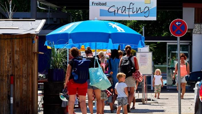 Freibad Grafing anstehen