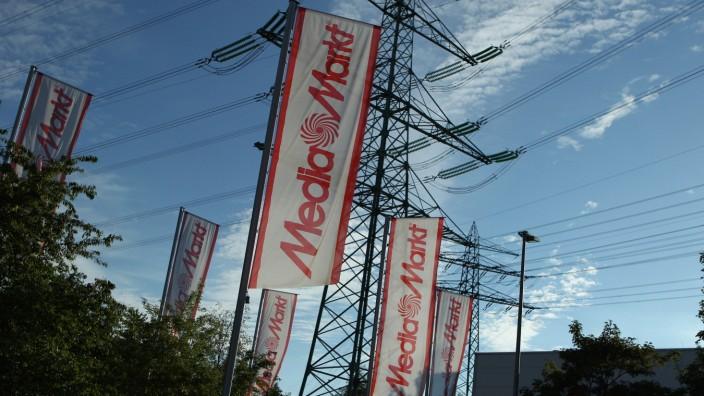 Flaggen von Media Markt vor einem Media Markt im Gewerbegebiet Oststeinbek. Symbolbild Media Markt, Symbolfoto Media Mar