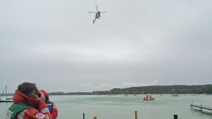Großeinsatz am Wörthsee: Christoph Aumiller von der Wasserwacht Wörthsee und der Pilot des ADAC-Hubschraubers beobachten die Lage.