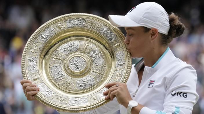 Wimbledon-Siegerin Ashleigh Barty: Von einer Last befreit: die Weltranglistenerste Ashleigh Barty mit der Siegerschale.