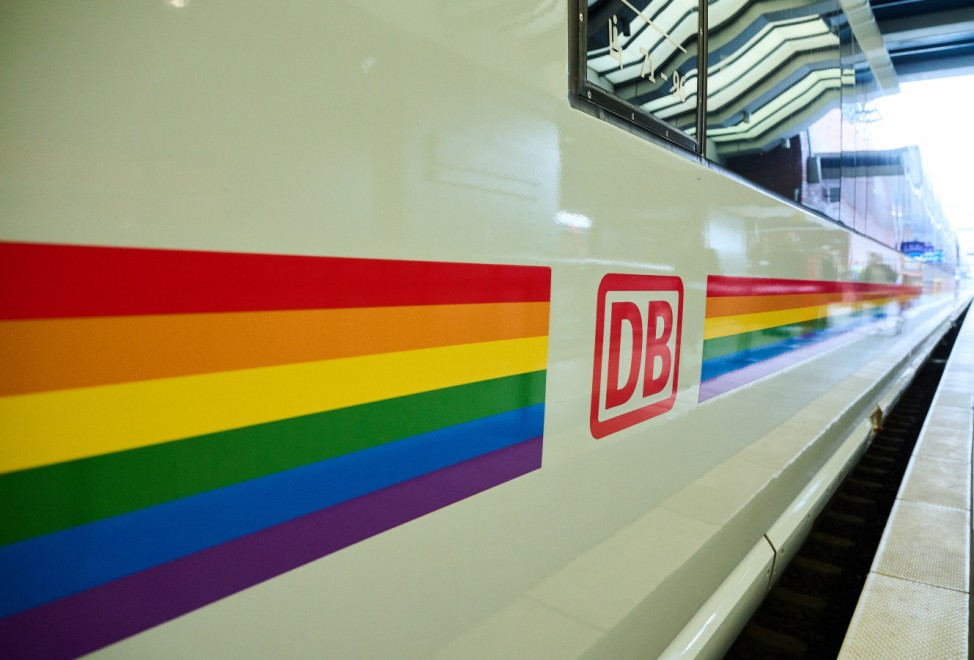 Regenbogen-ICE der DB