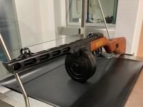 Zoll findet Maschinenpistole in Koffer
