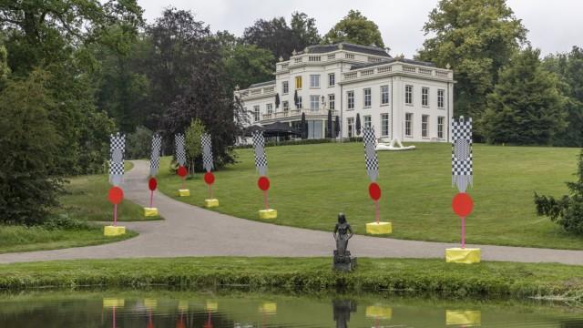 """Kunst: Schwarz-Weiß-Kontrast. In Arnhems """"Witte Villa"""" im Park Sonsbeek breitet das Amsterdamer Kollektiv """"The Black Archives"""" Dokumente schwarzer Emanzipation in den Niederlanden aus."""