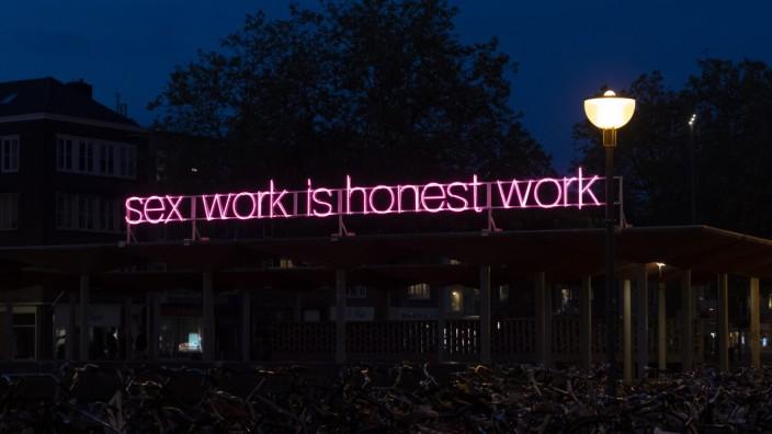 Kunst: Alle Arbeit ist essenziell. Neoninstallation von Olu Oguibe in der Nähe des Arnhemer Hauptbahnhofs.