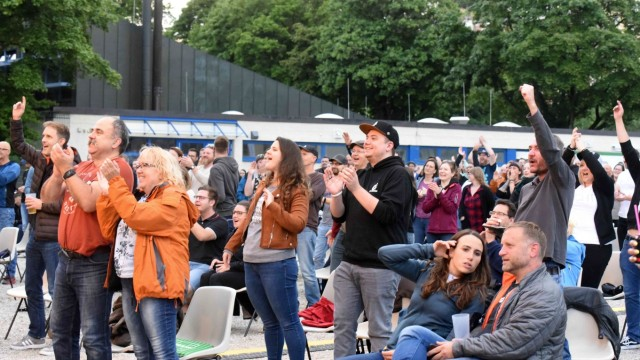 Kultur in Dachau: Die Menge aus 500 Konzertbesuchern flippt auf der Ludwig-Thoma-Wiese tanzend und singend aus.