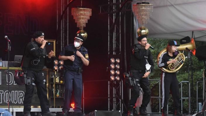 Kultur in Dachau: Die Polizei-Nummer zu Beginn des Konzerts dauert ganze sieben Minuten. Erst dann geben sich die Beamten als Mitglieder der Band Dicht und Ergreifend zu erkennen.