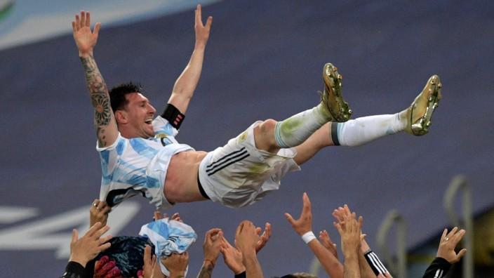 Copa América: Endlich ein Titel: Die Argentinier lassen Lionel Messi hochleben.
