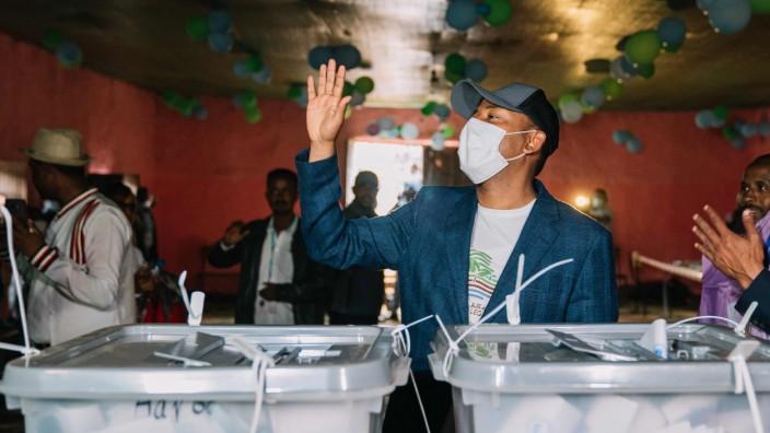 Äthiopien: Äthiopiens Ministerpräsident Abiy nach der Stimmabgabe. Der Ablauf der Wahl wird von Opposition und Beobachtern scharf kritisiert.
