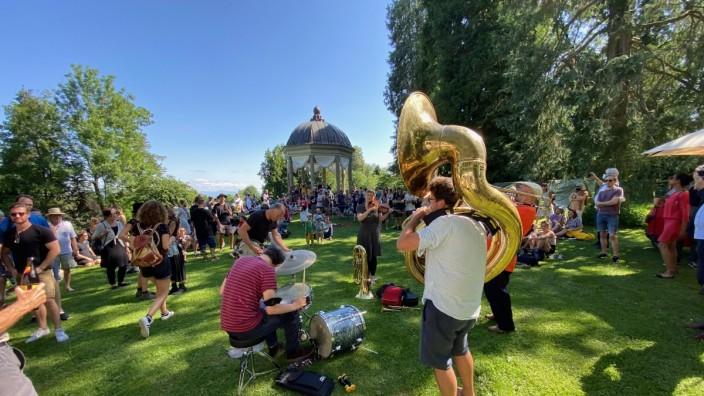 Demonstration in Dießen: Höhepunkt im Schacky-Park: Der Demozug mit 300 Teilnehmern verwandelt sich in ein Open-air-Happening für ein lebenswertes Dießen.