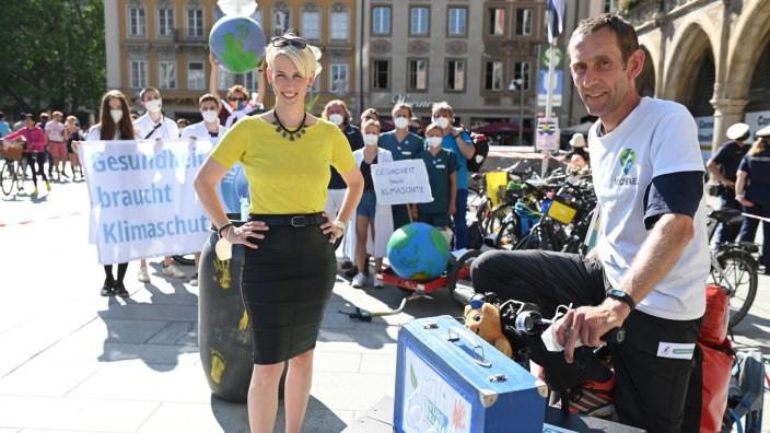 Umweltschutz: Topp, die Wette gilt: Bürgermeisterin Katrin Habenschaden trifft auf Klimaaktivist Michael Bilharz, der für CO₂-Einsparungen wirbt.