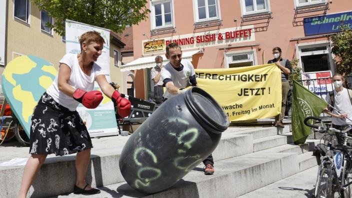 Mehr Klimaschutz: Ausgerüstet mit Boxhandschuhen haben Stadträtin Susanne Günther und der Aktivist Michael Bilharz symbolisch eine Tonne CO₂ niedergeboxt.