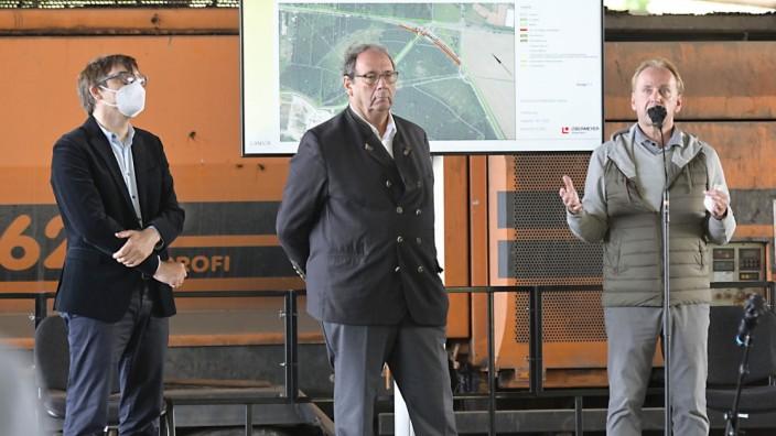 Brunnthal: Michael Wimmer, Harald Mosler und Matthias Ganser (von links) beim Bürgerdialog um den Umbau des Ganser-Geländes.