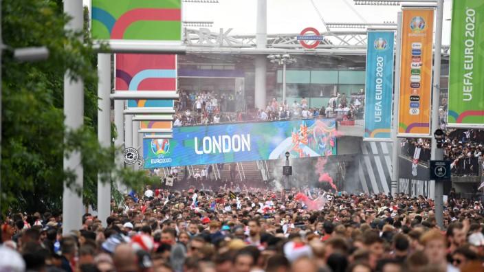 Fußball-EM: Viel los: Fußball-Fans vor dem Wembley-Stadion