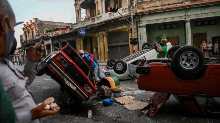 Demonstrationen auf Kuba: Hunderte Kubaner protestierten in der Hauptstadt Havanna, einige randalierten und beschädigten Polizeiautos.
