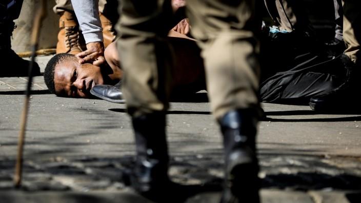 Hunderte Demonstranten wurden verhaftet, wie hier am Sonntag in Johannesburg. Es gab Verletzte und auch Tote.