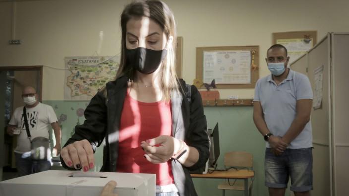 Eine Bulgarin gibt in Sofia ihre Stimme ab. Es ist der zweite Anlauf seit April, eine Regierung zu finden.