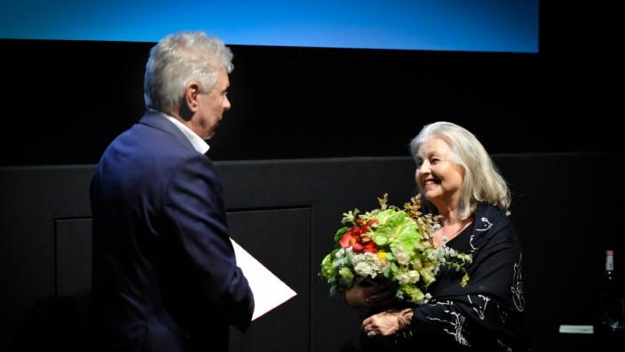 Würdigung: Preise hat Hanna Schygulla schon viele für ihr Werk bekommen. Jetzt überreichte Dieter Reiter ihr den Kulturellen Ehrenpreis der Stadt München.