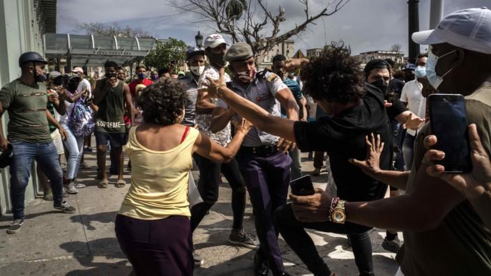 Proteste in Kuba: Die Polizei verhaftet einen Demonstranten in Havanna