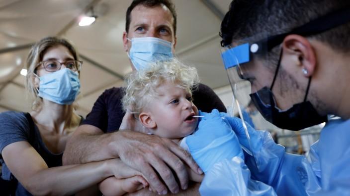 Ein Kind in Tel Aviv wird auf das Coronavirus getestet.