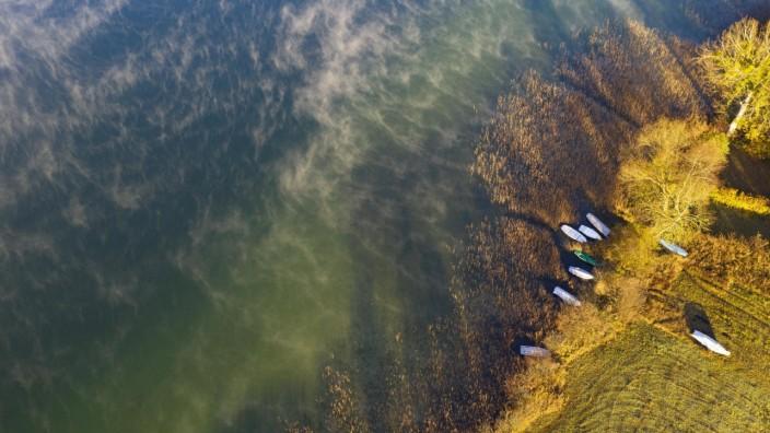 Nebelschwaden am Irrsee mit Fischerboote im Schilfgürtel, Bodennebel, von oben, Drohnenaufnahme, Luftaufnahme, Zell am M