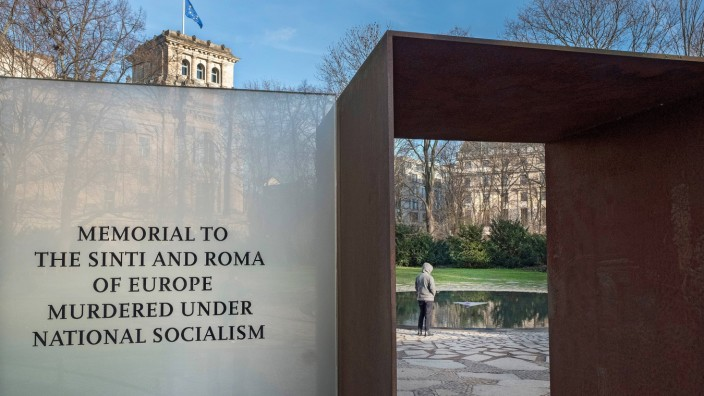 Mahnmal fuer die in der NS-Zeit ermordeten Sinti und Roma am Reichstag in Berlin (Foto vom 07.12.2017). Rund 23.000 Sin