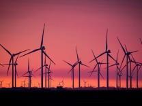 Windkraftanlagen in einem Windpark an der Nordsee