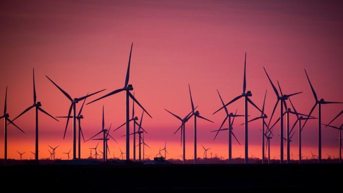 Energiewende in Deutschland: Windkraftanlagen in einem Windpark an der Nordsee