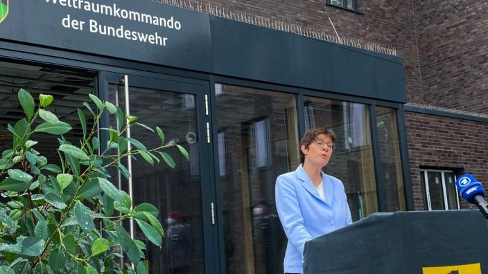 Bundeswehr Weltraumkommando Verteidigungsministerin Annegret Kramp-Karrenbauer