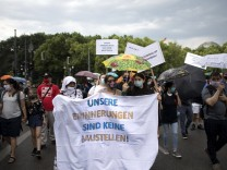 Protest - Memorial Sinti and Roma Deu, Deutschland, Germany, Berlin, 13.06.2020 Protest mit Transparent Unsere Erinnerun