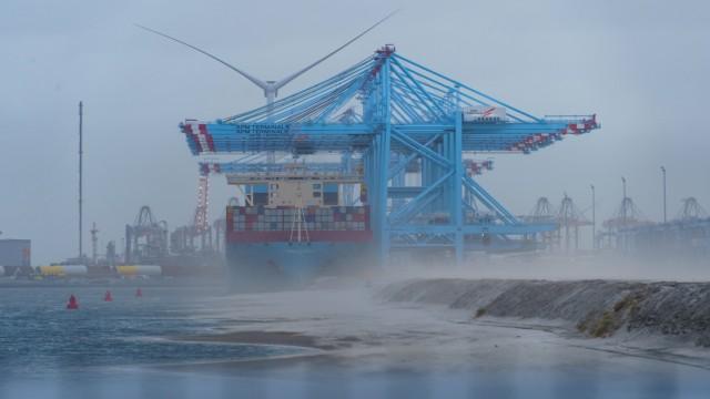 Zwei der weltweit größten Containerschiffe - HMM Copenhagen und CMA CGM Louvre - liegen im neugebauten Tiefseehafen von