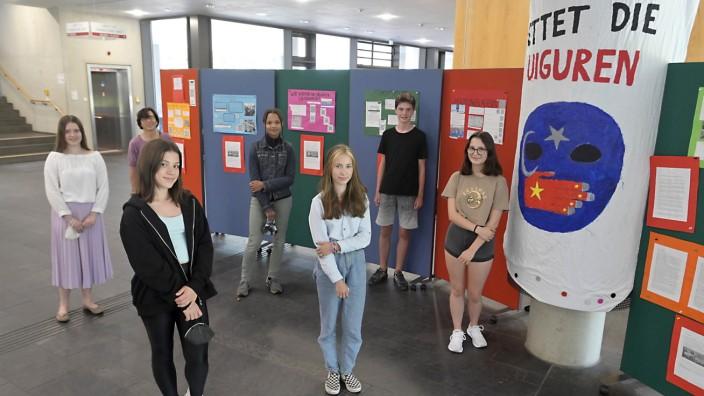 Menschenrechte: Setzen sich für die Minderheit der Uiguren in China ein: Schülerinnen und Schüler des Ottobrunner Gymnasiums mit ihrer Ausstellung.