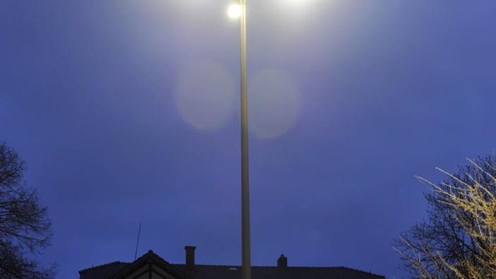 Energieeinsparung: Vor dem Ayinger Bahnhof leuchten bereits seit Jahren LED-Lichter, Ottobrunn will nun nachziehen.
