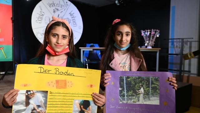 Moosach: Saly Albabili und Aleen Mahmoud (von links) haben ihren Antrag auf Plakaten dargestellt.
