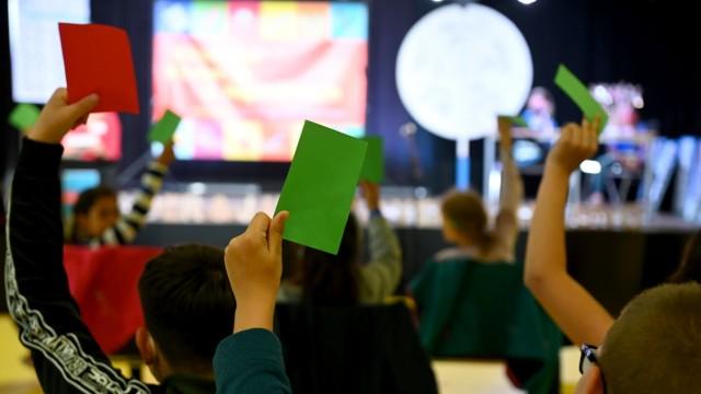 Moosach: Bei der Kinder- und Jugendversammlung wird über die Anträge mit bunten Zetteln abgestimmt.