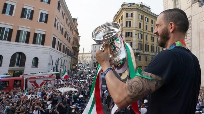 EM 2020: Leonardo Bonucci feiert mit Fans den EM-Titel