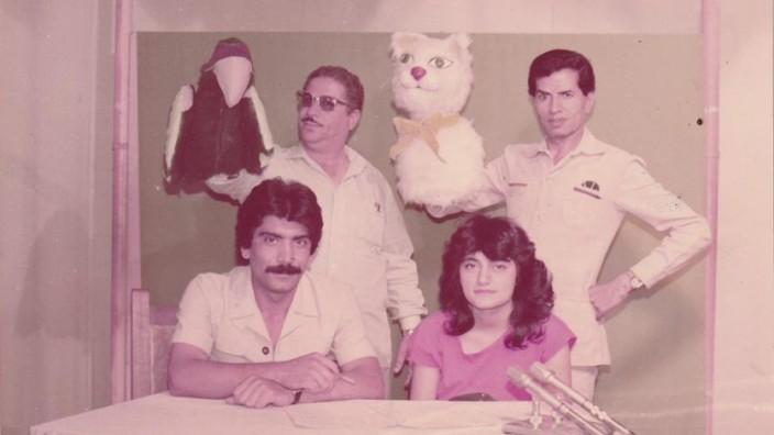 """Theater: """"Stories and Tales"""" (1970 - 1972) war eine irakische Puppentheater-TV-Show, gehostet von einem Papagei und einem Bären."""