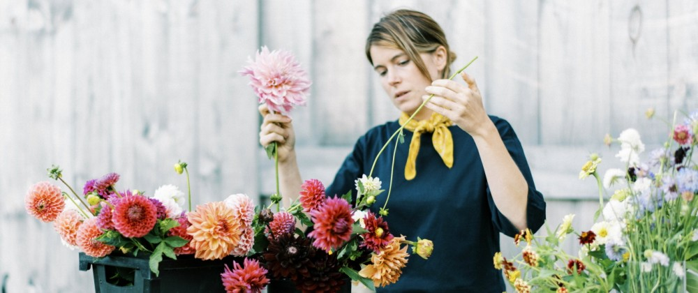 Female business owner and flower farmer arranging dahlia bouquets West Brookfield, MA, United States PUBLICATIONxINxGERx