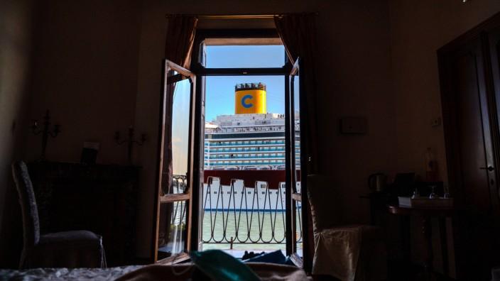 Venedig: Blick aus einem Hotelzimmer auf ein Kreuzfahrtschiff