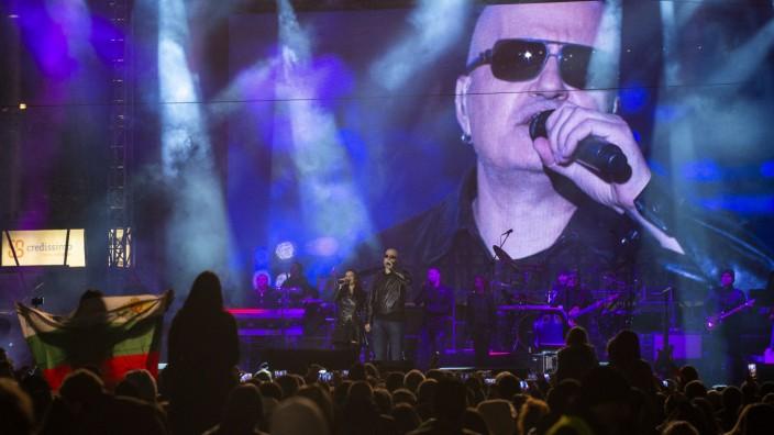 Bulgarien: Musiker, Moderator, TV-Star - Slawi Trifonow während eines Wahlkampfkonzerts in Sofia.