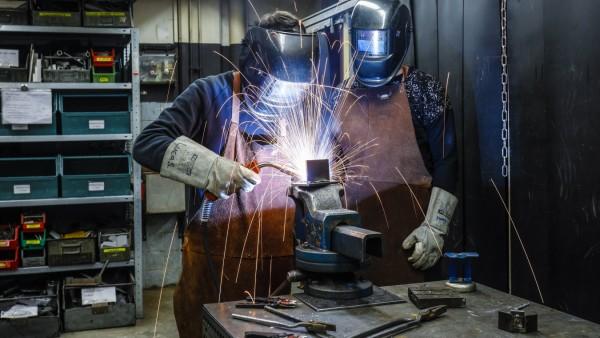12.02.2020, Remscheid, Nordrhein-Westfalen, Deutschland - Auszubildende in Metallberufen hier beim Schweissen, Berufsbil