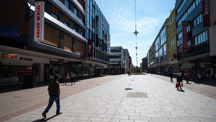 Coronavirus in Deutschland: Leere Einkaufsstraße in Saarbrücken