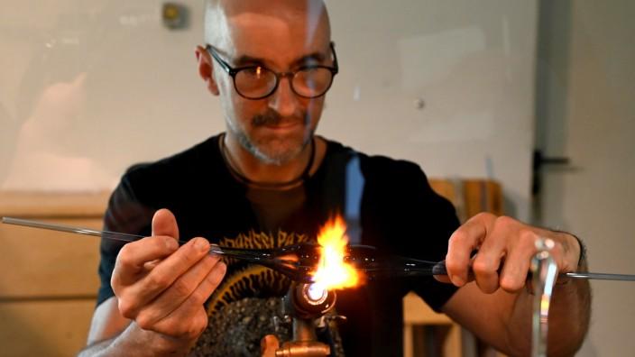 Altes Handwerk: Es macht Frank Liebmann Spaß, das Glas so zu formen, wie er es am Ende haben will. Vorsichtig zieht er einen glühenden Glasstab auseinander, drückt ihn zusammen oder pustet behutsam hinein, damit ein Hohlraum entsteht.