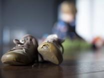 Mehr als jedes fünfte Kind in Deutschland gilt als arm oder armutsgefährdet - zahlreiche Neuregelungen in den vergangenen Jahren haben Familien zwar geholfen, konnten einen Anstieg der Zahl armer Minderjähriger aber nicht verhindern.
