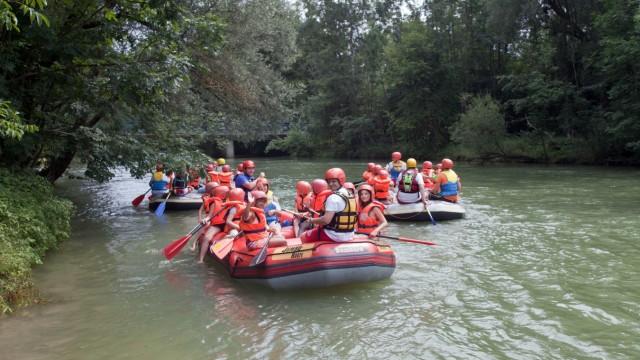 Saisonstart auf der Amper: Begleitet werden die Kinder bei diesem Ferienprogramm von Betreuern der Wasserwacht.
